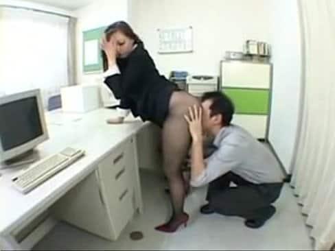 Mi secretaria asiatica me masturba con su enorme culo