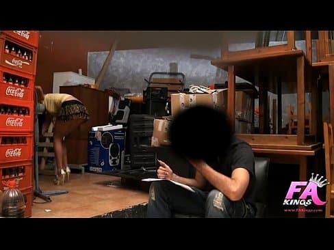 Anita folla con su jefe  en el trabajo con camara oculta