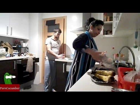 ama de casa española se folla al marido en la cocina a media noche