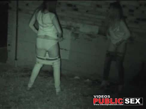 Españolas pilladas meando en la calle, estas jovencitas nunca se dieron cuenta que le estaban grabando el chocho mientras orinaban